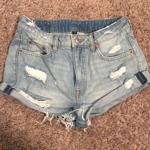 Distressed high waisted jean short.